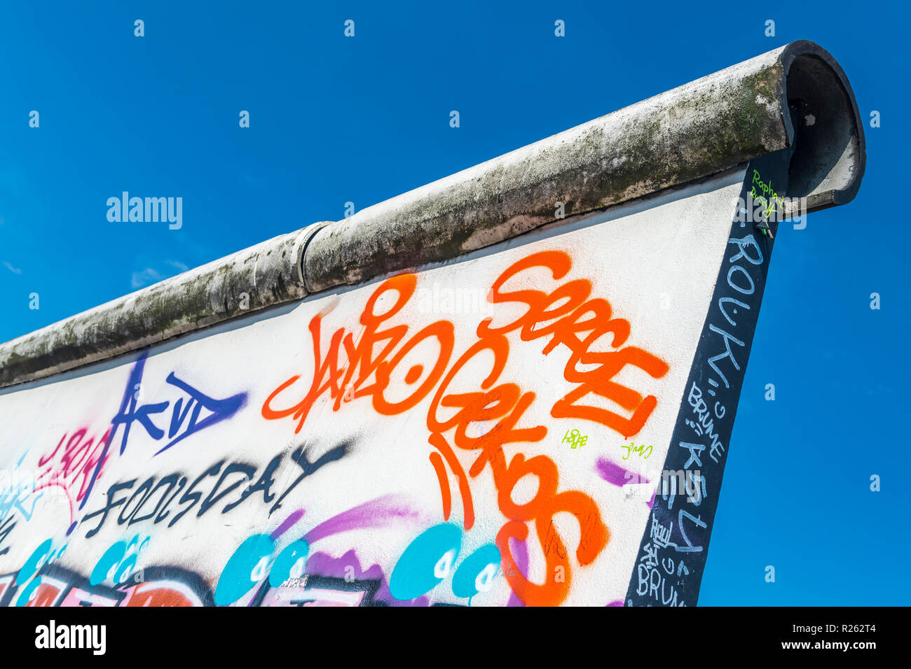 Ein Abschnitt des Graffiti auf der berühmten East Side Gallery an der Berliner Mauer, Berlin, Deutschland. Stockfoto
