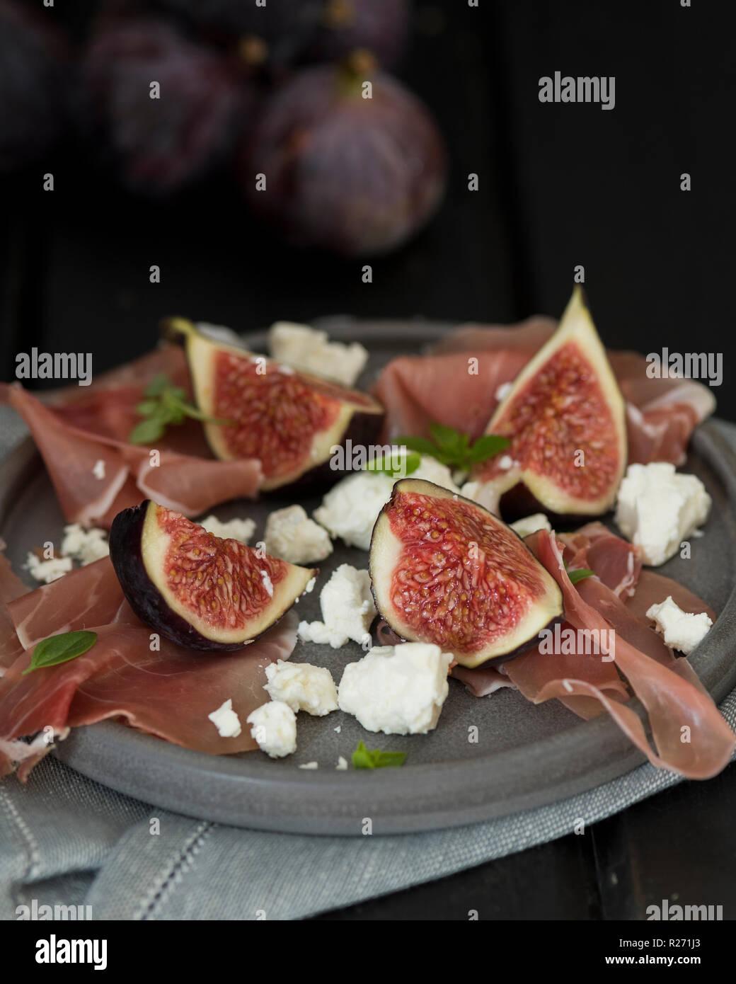 Abb. und Feta Salat mit Parmaschinken und griechischen Basilikum Stockbild