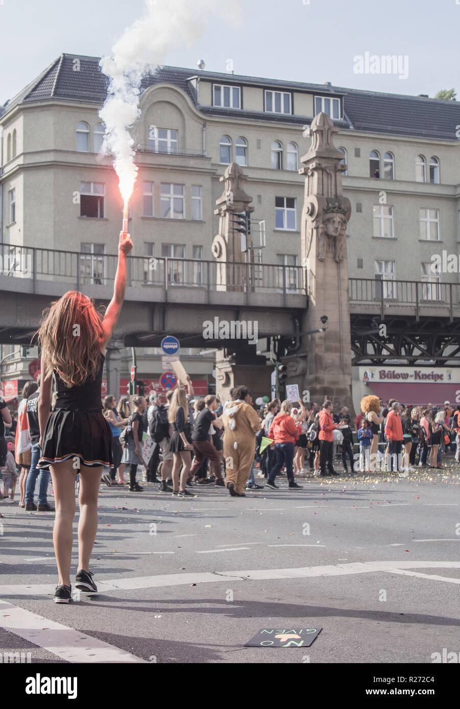 BERLIN, DEUTSCHLAND - 25. SEPTEMBER 2016: Zuschauer mit einer Fackel an der Berlin Marathon 2016 Stockbild