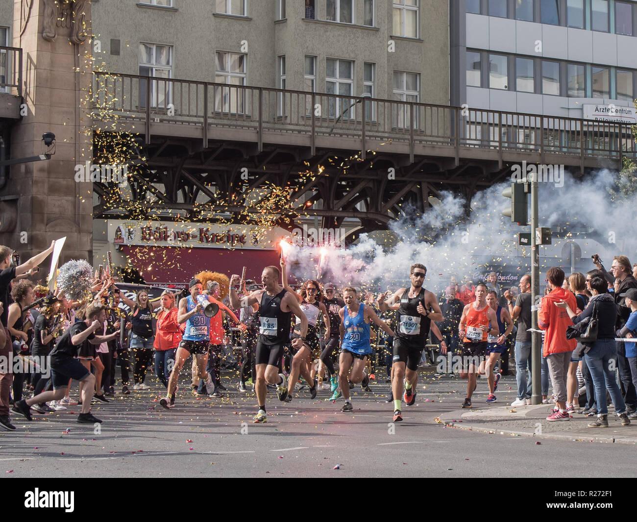 BERLIN, DEUTSCHLAND - 25. SEPTEMBER 2016: Zuschauer mit einer Taschenlampe und Läufern an Berlin Marathon 2016 Stockbild
