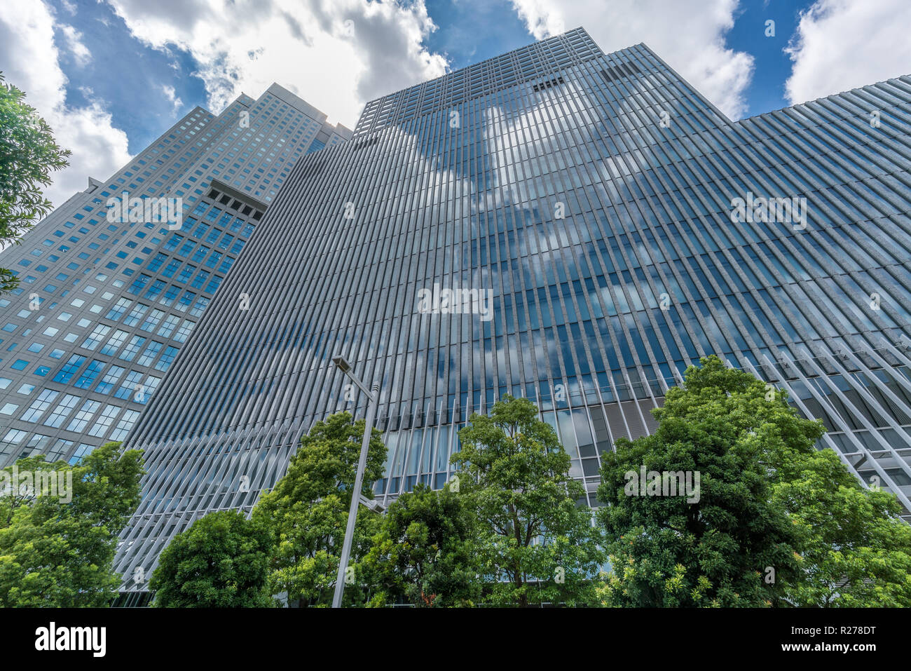Tokio - August 14, 2018: Wolkenkratzer in Nagatacho Bezirk: Capitol Hotel Tokyu oder Tokyu Capitol Tower Building, Sanno Park Tower. Sky Reflexion Stockbild
