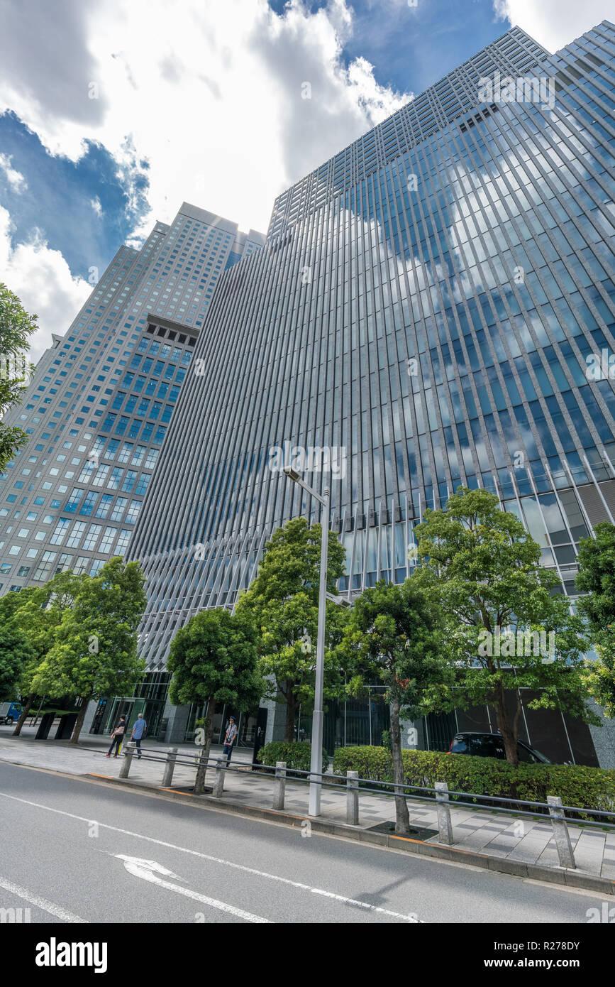 Tokio - August 14, 2018: Wolkenkratzer in Nagatacho Bezirk: Capitol Hotel Tokyu oder Tokyu Capitol Tower Building, Sanno Park Tower. Sky Reflexion Stockfoto