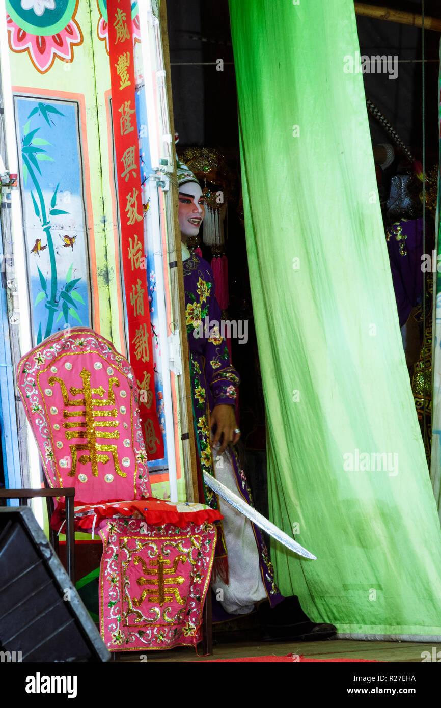 Bangkok, Thailand: Eine ambulante Chinesische Oper Schauspieler Einblicke in die Etappe von hinter den Vorhängen während einer Tour in Thailand. Stockfoto