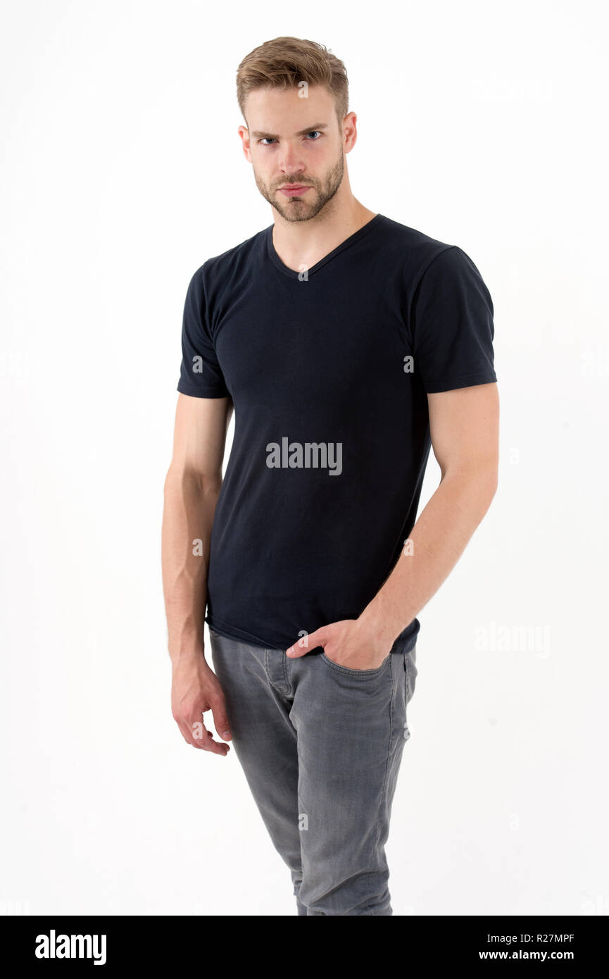 bartiger mann mit ernsten blick isoliert auf weiss macho halten hand in der tasche mann in trendigen stil mode fur manner schwarzer freitag und verkauf