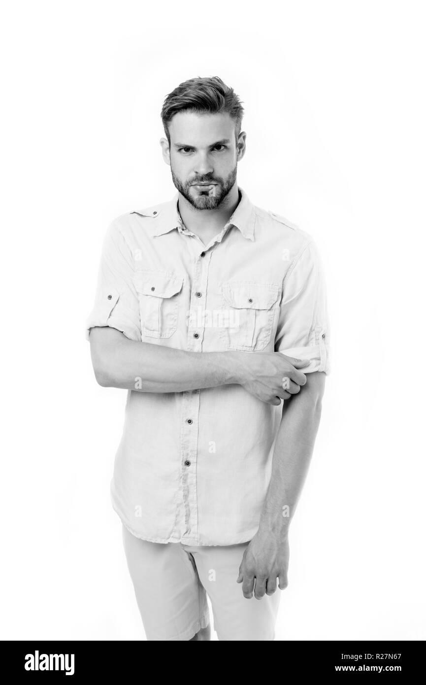 Mode Mann in Freizeitkleidung auf weißem Hintergrund. Bärtiger Mann mit ernsten Blick. Im Stil überzeugt. Vertrauen und Charisma. Einfach schön, Schwarz und Weiß. Stockbild