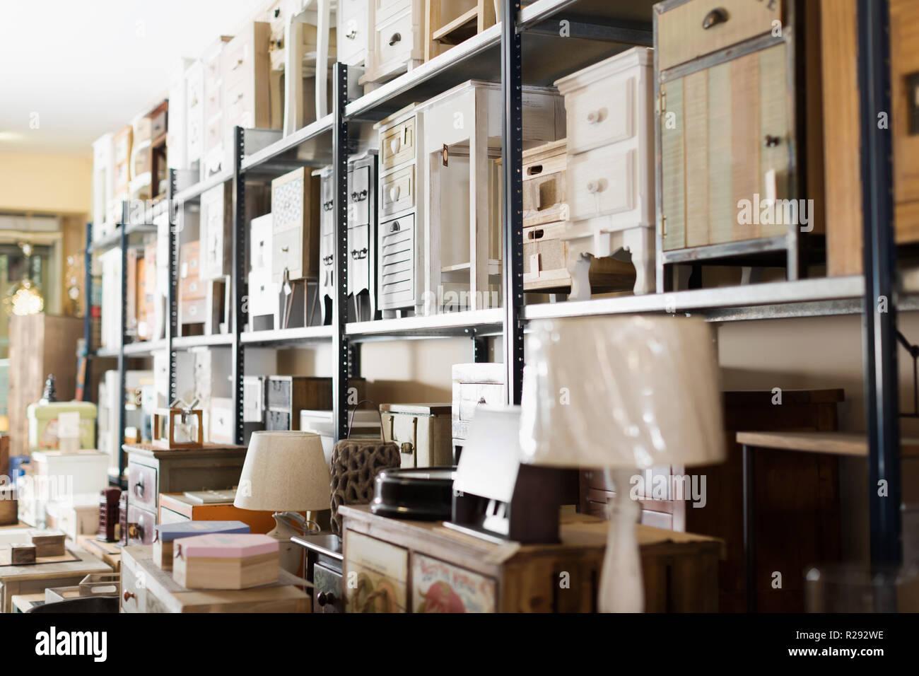 Bild Alte Möbel Zu Verkaufen In Secondhand Shop Angeboten Stockfoto
