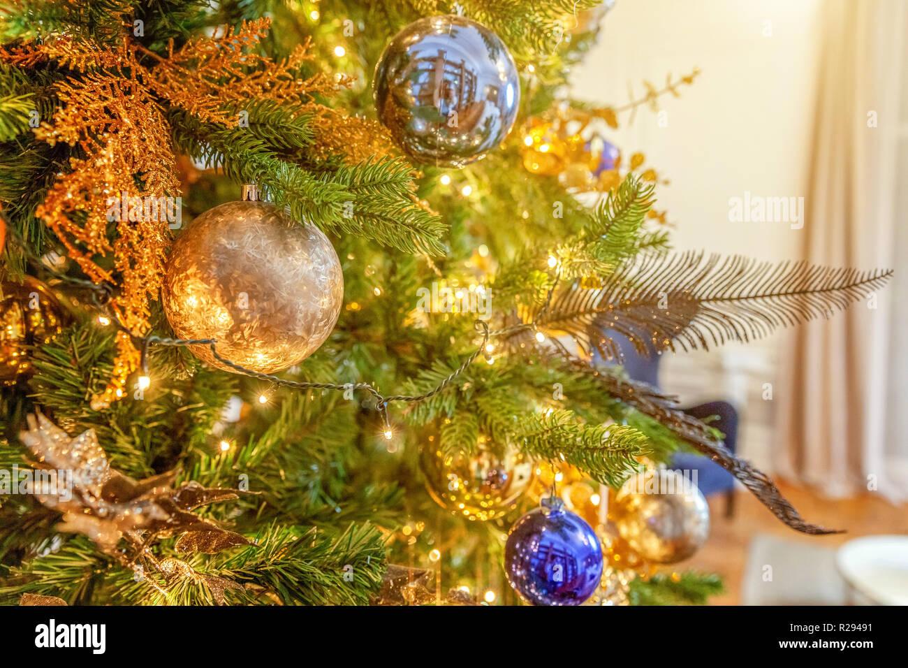 Kugel Für Tannenbaum.Klassische Weihnachten Tannenbaum Geschmückt Weihnachtsbaum Mit