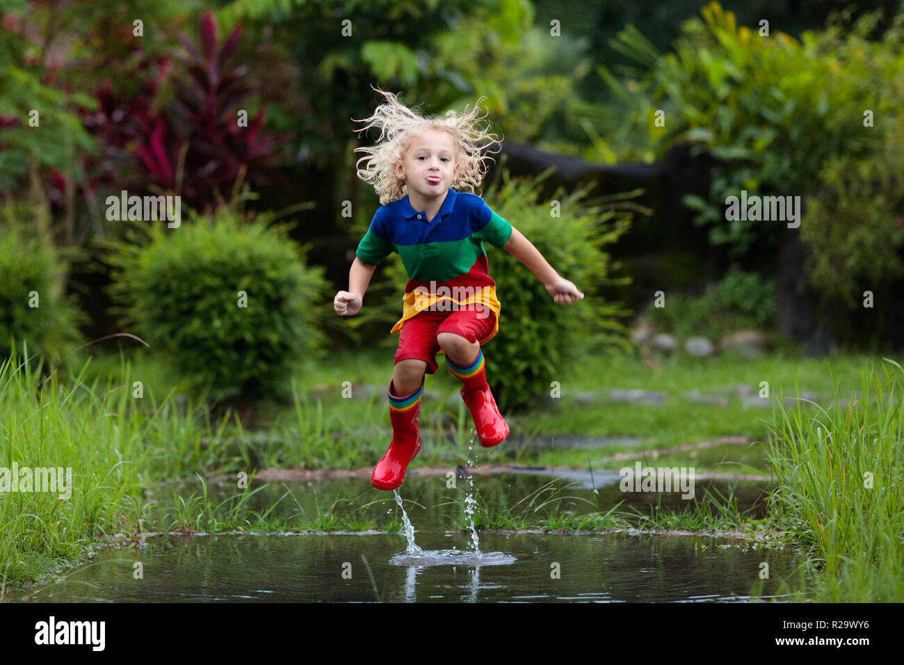 Türkis Blaue Stiefel Auf Mädchen Spielen Im Wasser Pfütze
