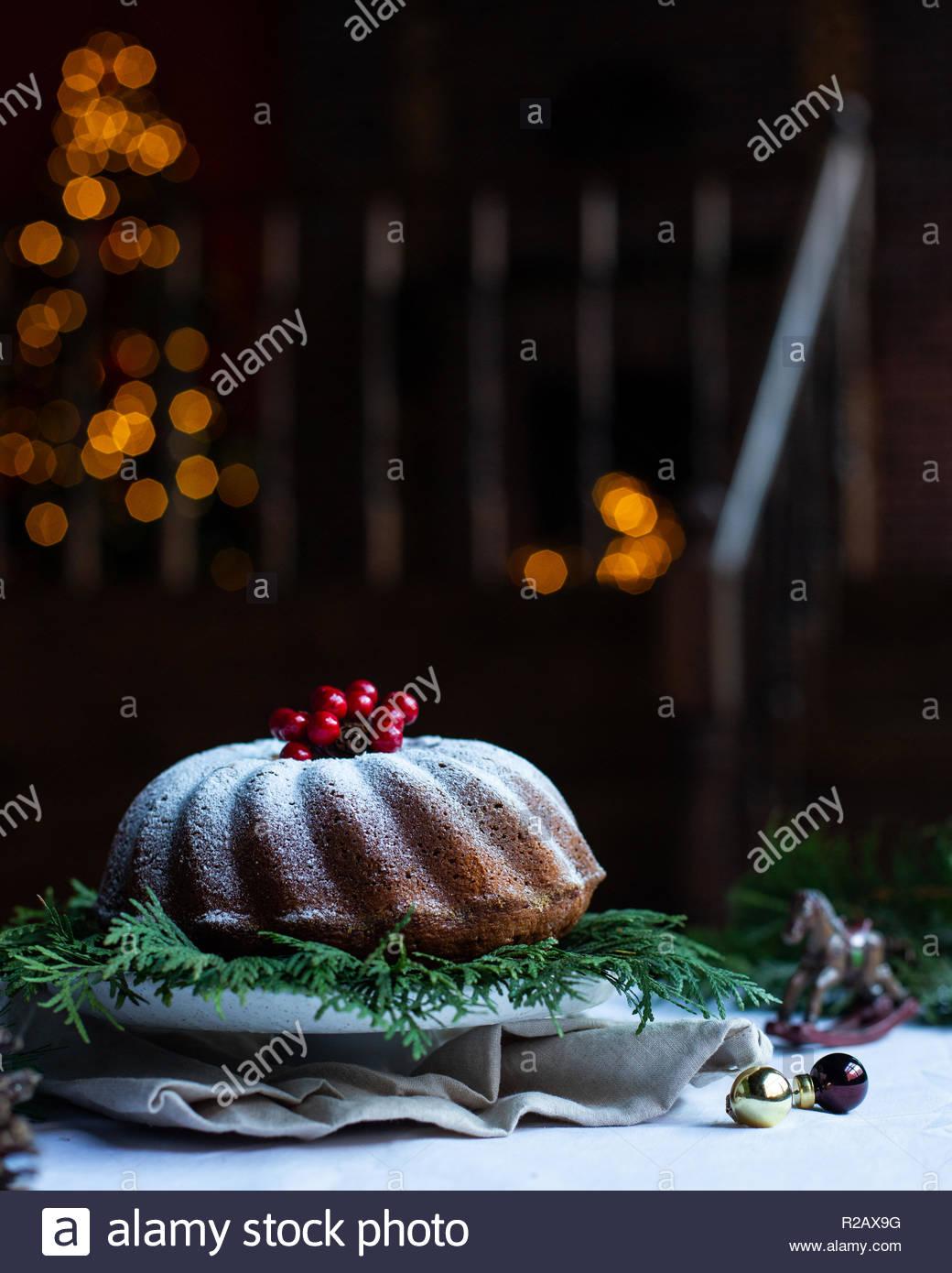Dunkle gemütliche Zimmer mit einer Treppe und Weihnachtsschmuck. Weihnachtsbeleuchtung in Bokeh. Kamin und Weihnachtsbaum für den Hintergrund. Stockbild