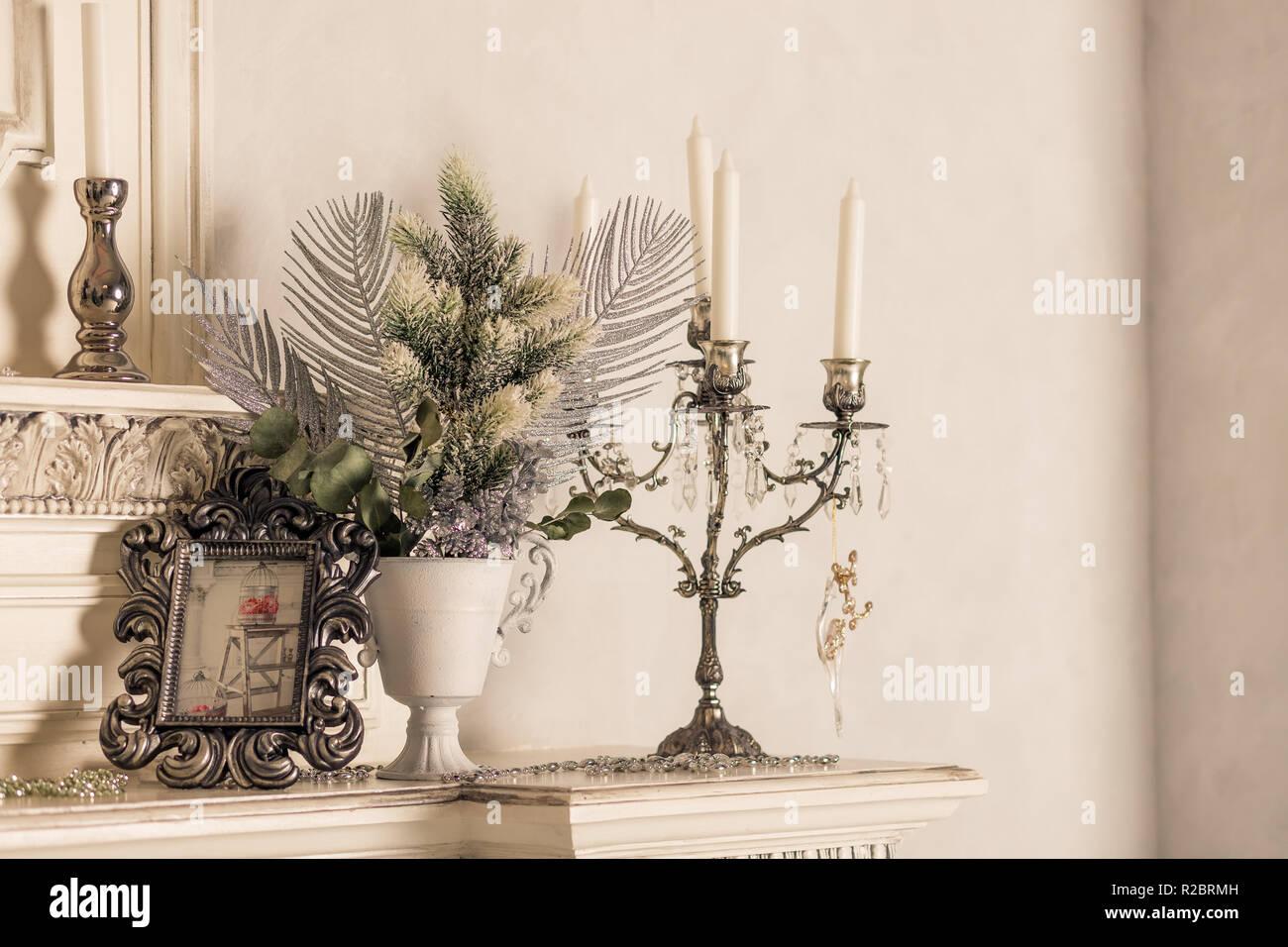 Weihnachten Dekoration mit Kerzen im Regal, weiße Wand ...