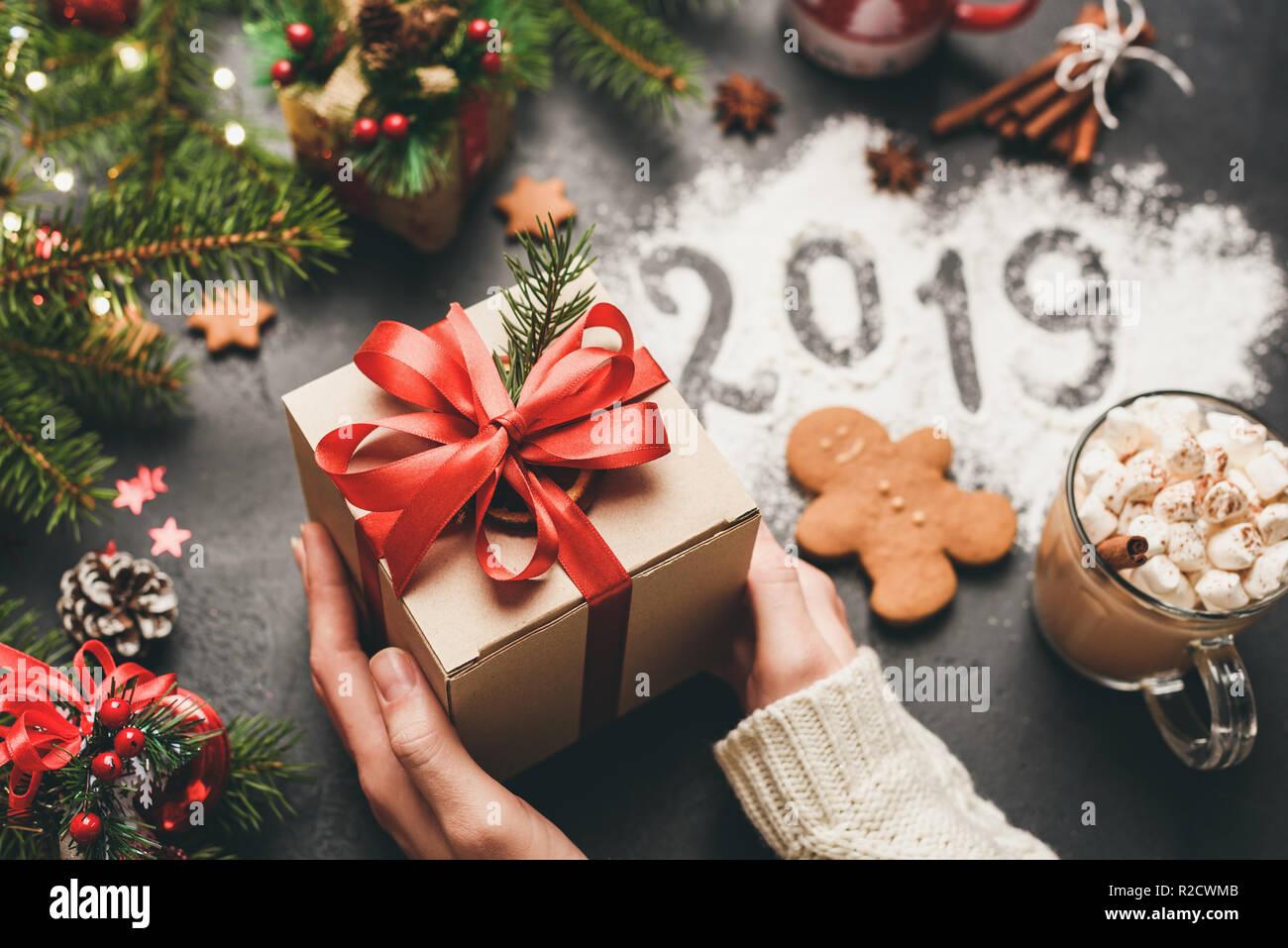 Winterurlaub Weihnachten 2019.Weihnachten Und Neues Jahr 2019 Hände Die Geschenkverpackung