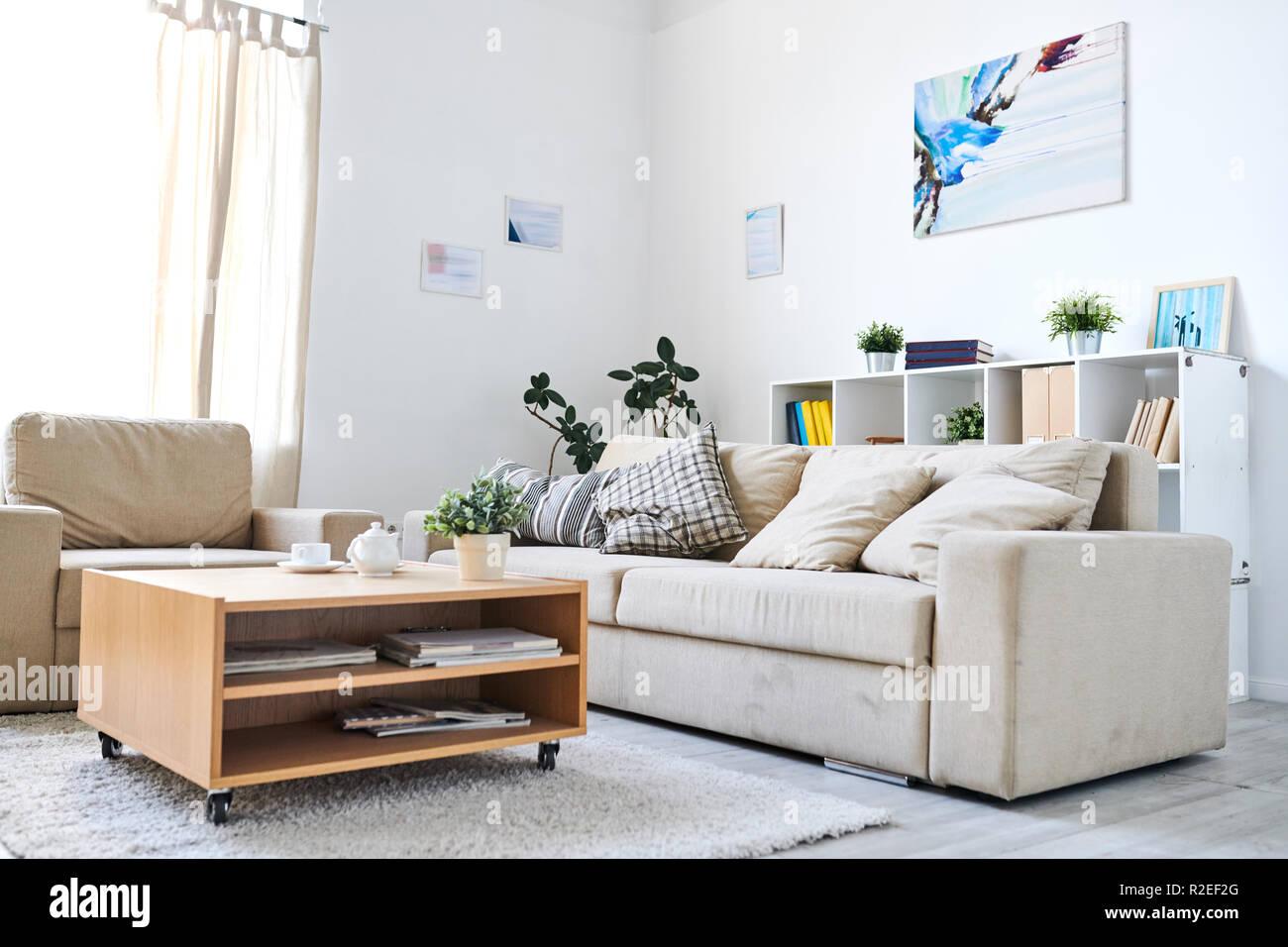 Gemütliches Wohnzimmer mit abstrakten Bild an der Wand ...