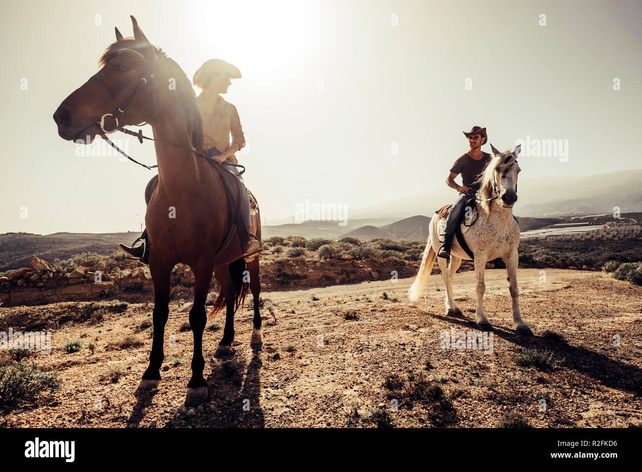 Paar Pferde und Cowboys männlichen und weiblichen freie Fahrt in die Natur in den Bergen von Teneriffa. Lifestyle und alternative Werke oder Freizeitaktivität Konzept für Mann und Frau Stockfoto