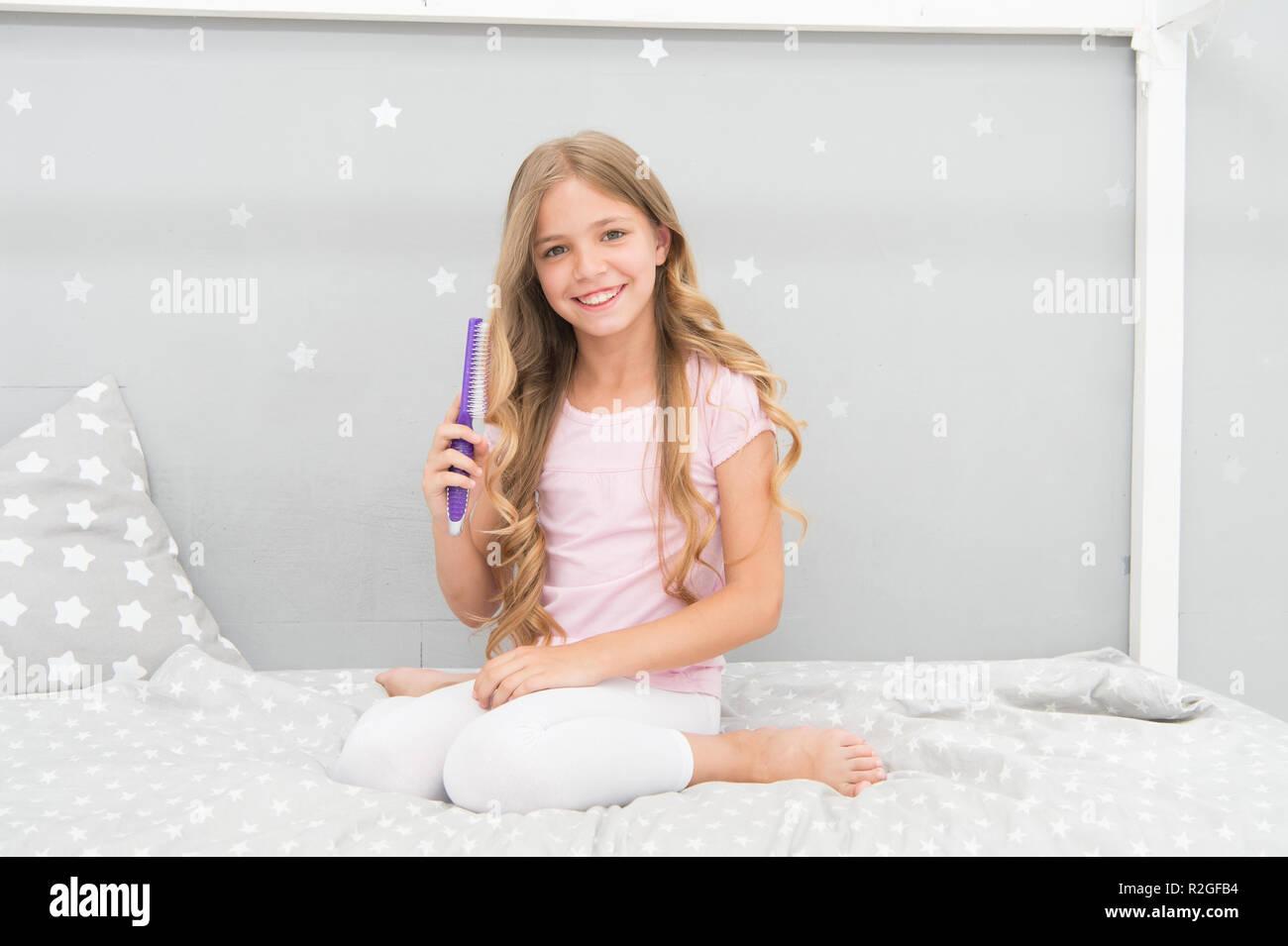 Mädchen Lange Lockige Haare Schlafzimmer Innenraum