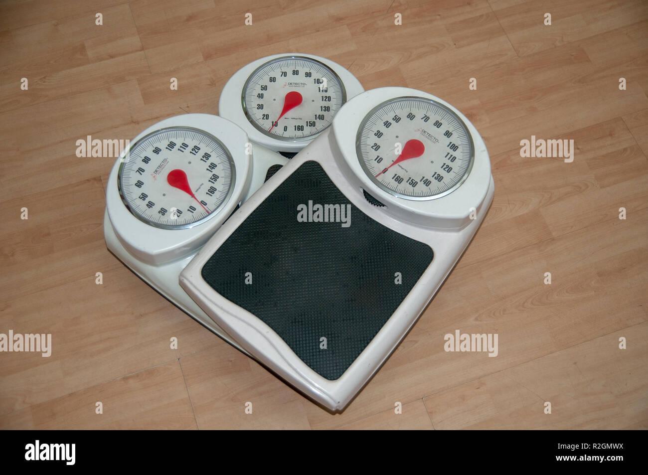 Diät, Gewichtsverlust und Körperbild konzeptionelle Bild von drei analogen Waage übereinander gestapelt Stockbild