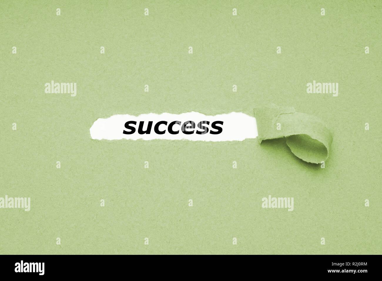 Erfolg Konzept - Loch im Grünbuch Hintergrund Aufdecken versteckter Text Stockfoto
