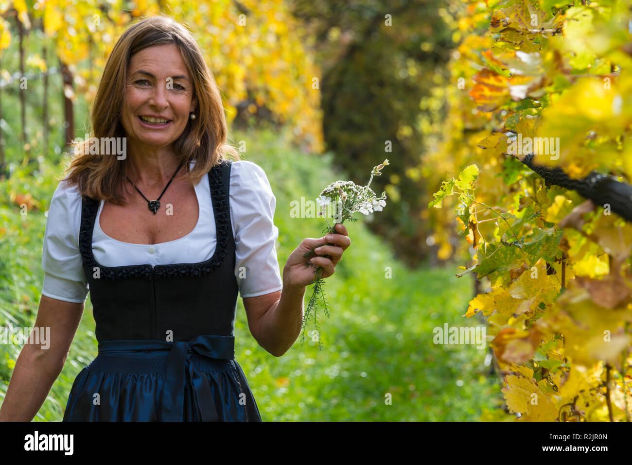 Italien, Südtirol, Südtirol, Meran, Weingut Tenuta Pratenberg, Karoline Sinn im Weinberg Stockbild