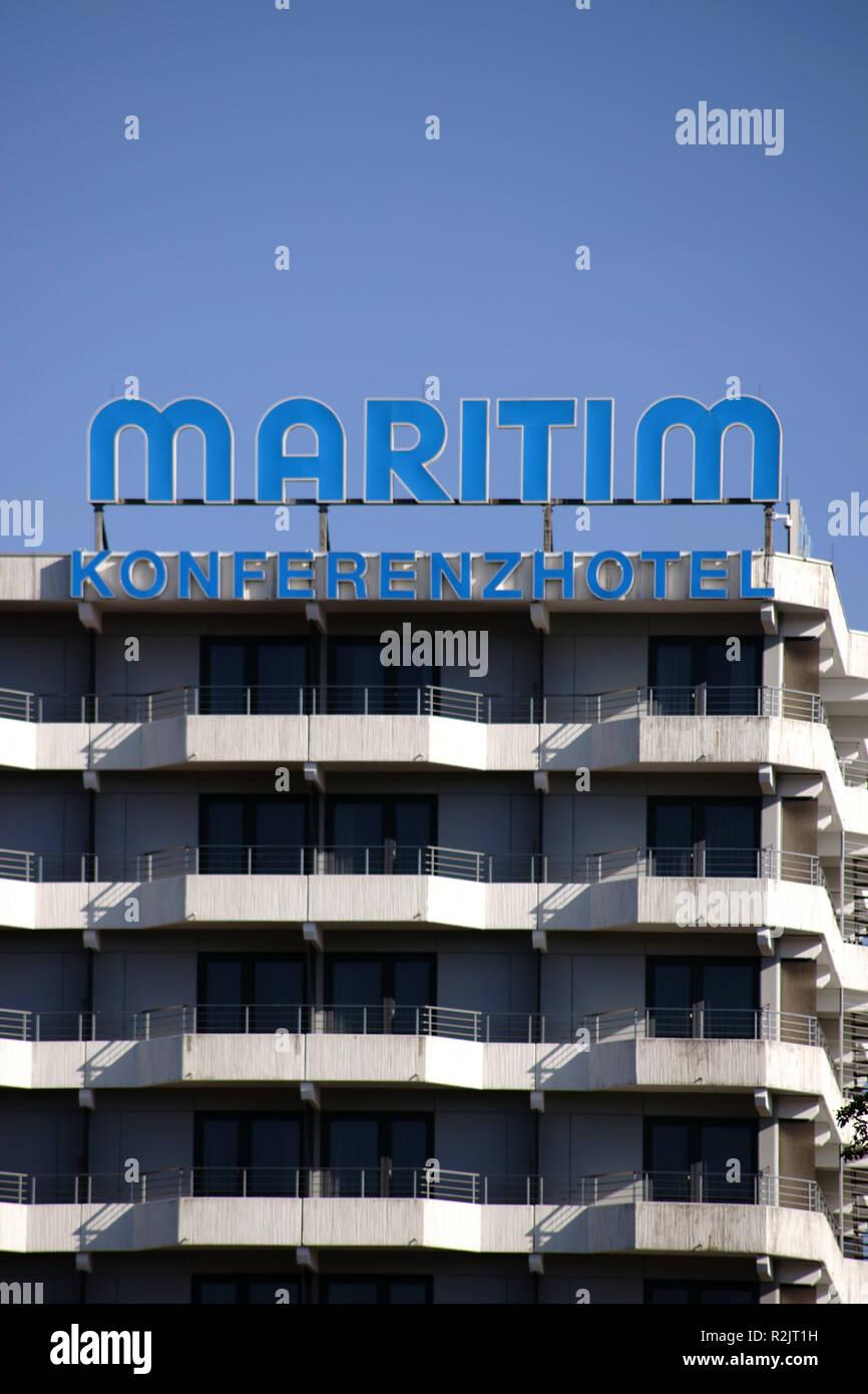 Markante Balkon und Fensterreihen des mehrstufigen Maritim Konferenz Hotel Darmstadt, Stockbild
