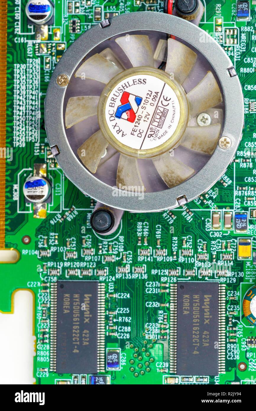 Computer Graphics Card schließen bis auf weißem Hintergrund Stockbild