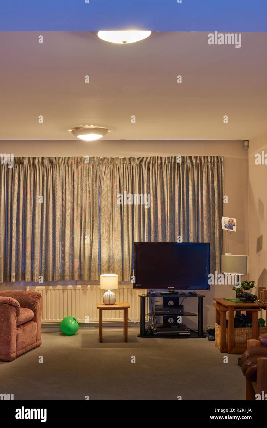 Zuhause, warm, einladend und gemütlich im Wohnzimmer eines Hauses ...