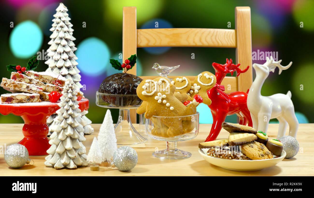 Festliche Tafel mit traditionellen englischen und europäischen Stil Weihnachten Lebensmittel einschließlich panforte Kuchen, Plum Pudding, Lebkuchen Kekse und Schokolade cov Stockbild