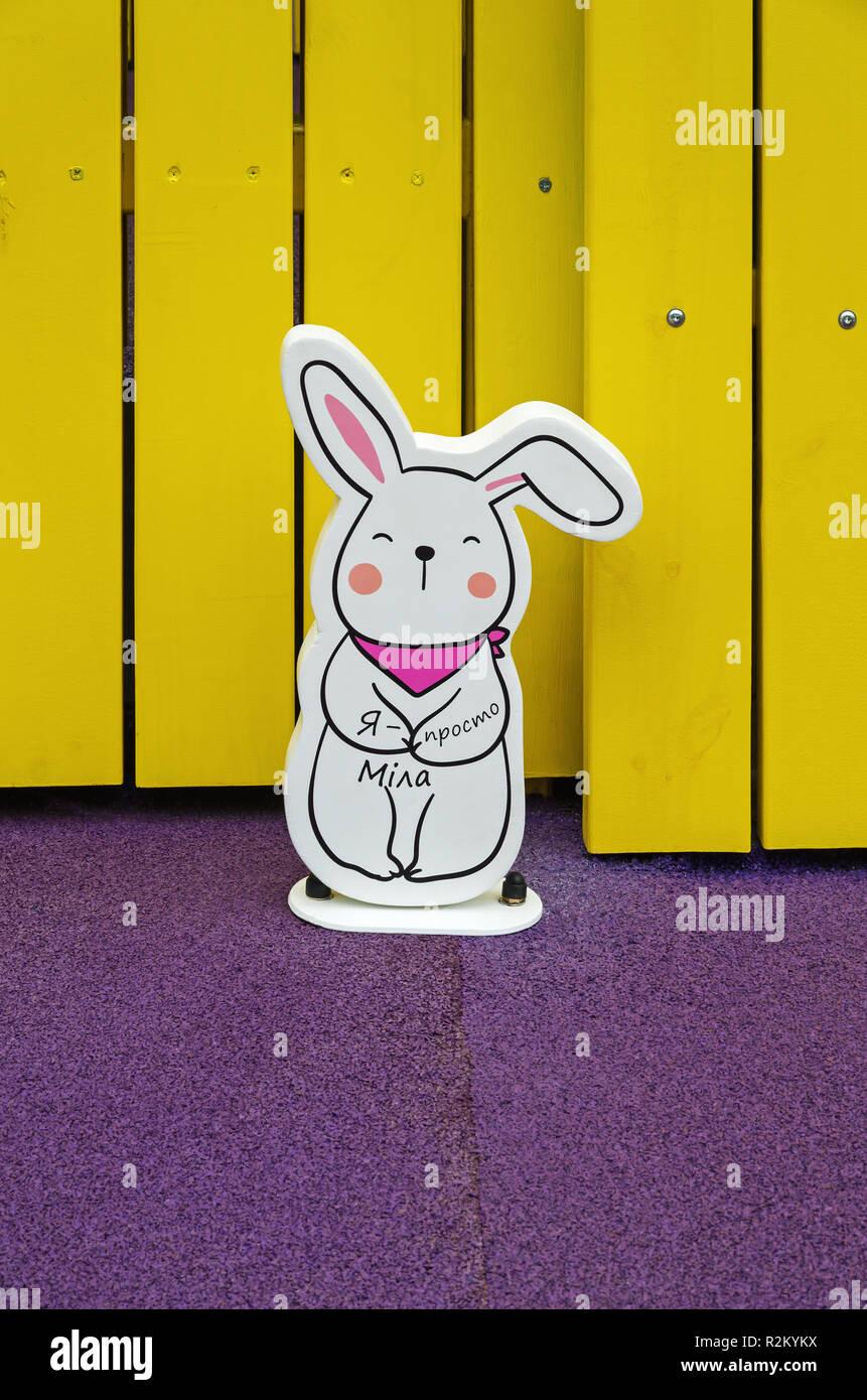 Gelbe Karte Lustig.Eine Lustige Figur Eines Hasen Oder Kaninchen Steht Auf Einem