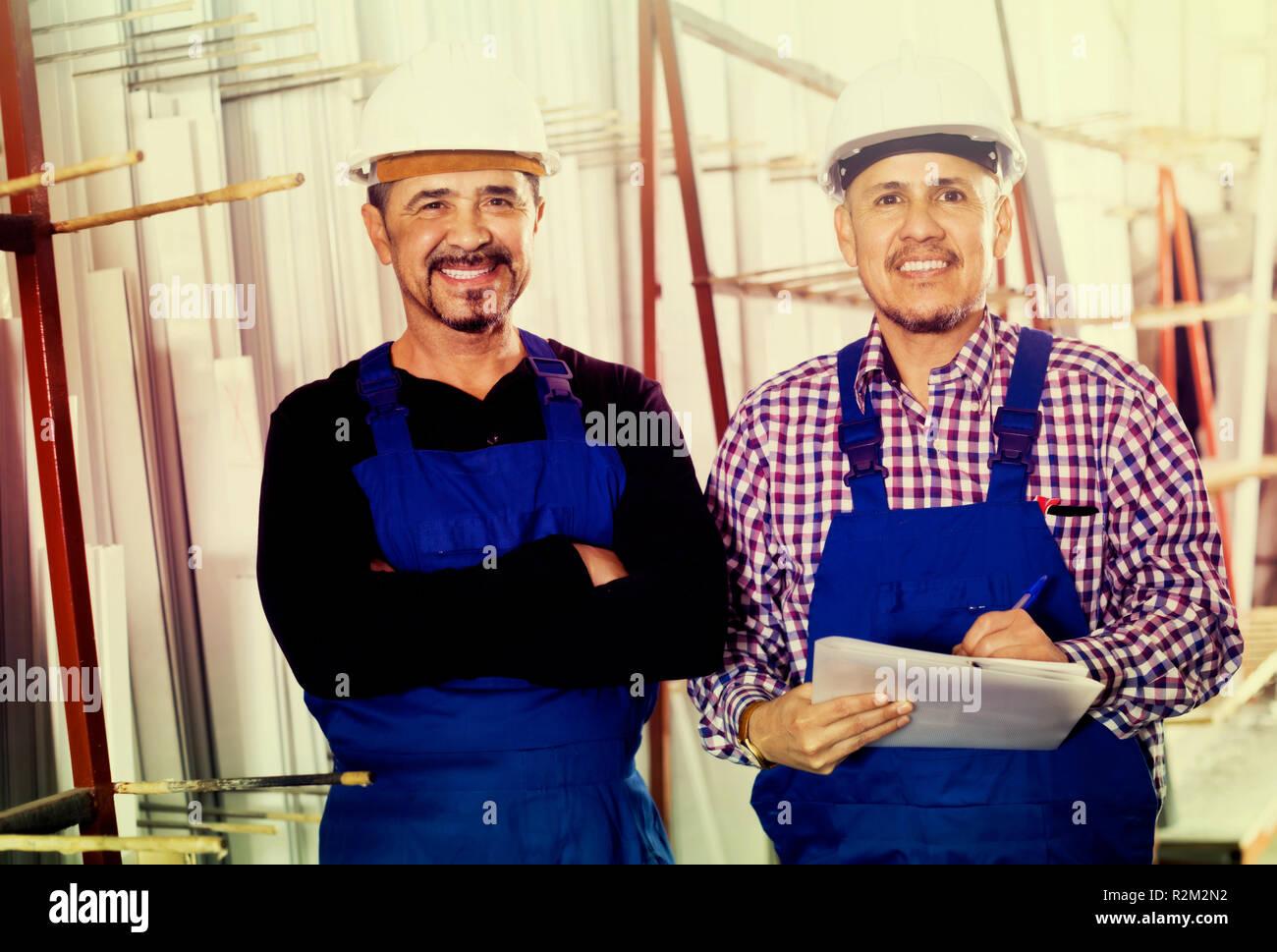 Positiven spanischen Maschinenbauer Überprüfung der Arbeit der Arbeit an modernen Fabrik Stockbild