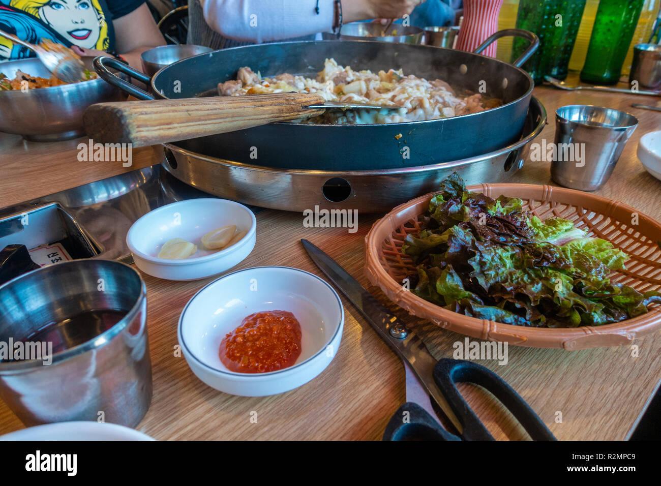 Kochen Huhn Galbi Auf Einer Heissen Platte Am Tisch In Einem