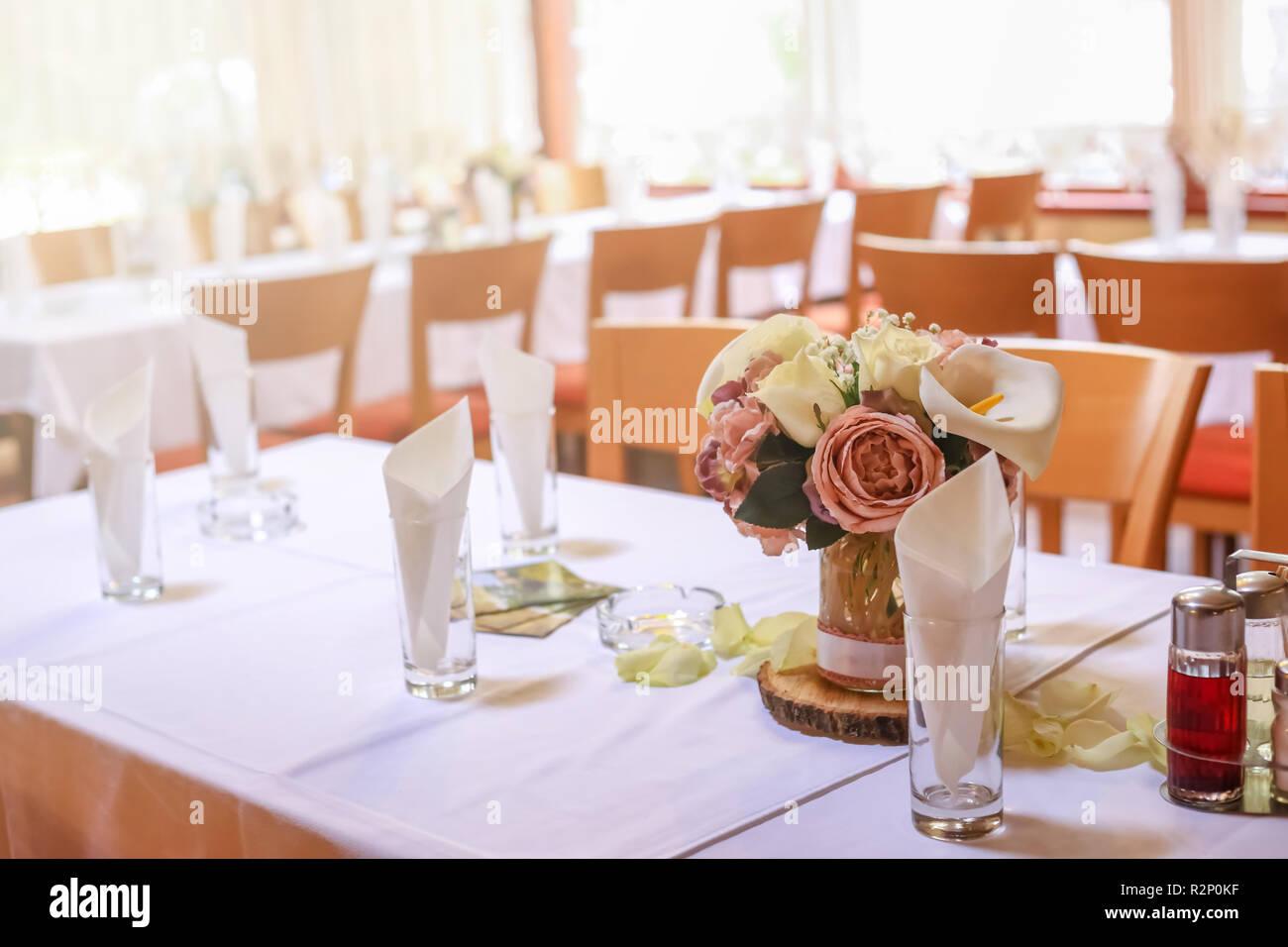 Rosen Auf Eine Festliche Hochzeit Tisch Im Restaurant