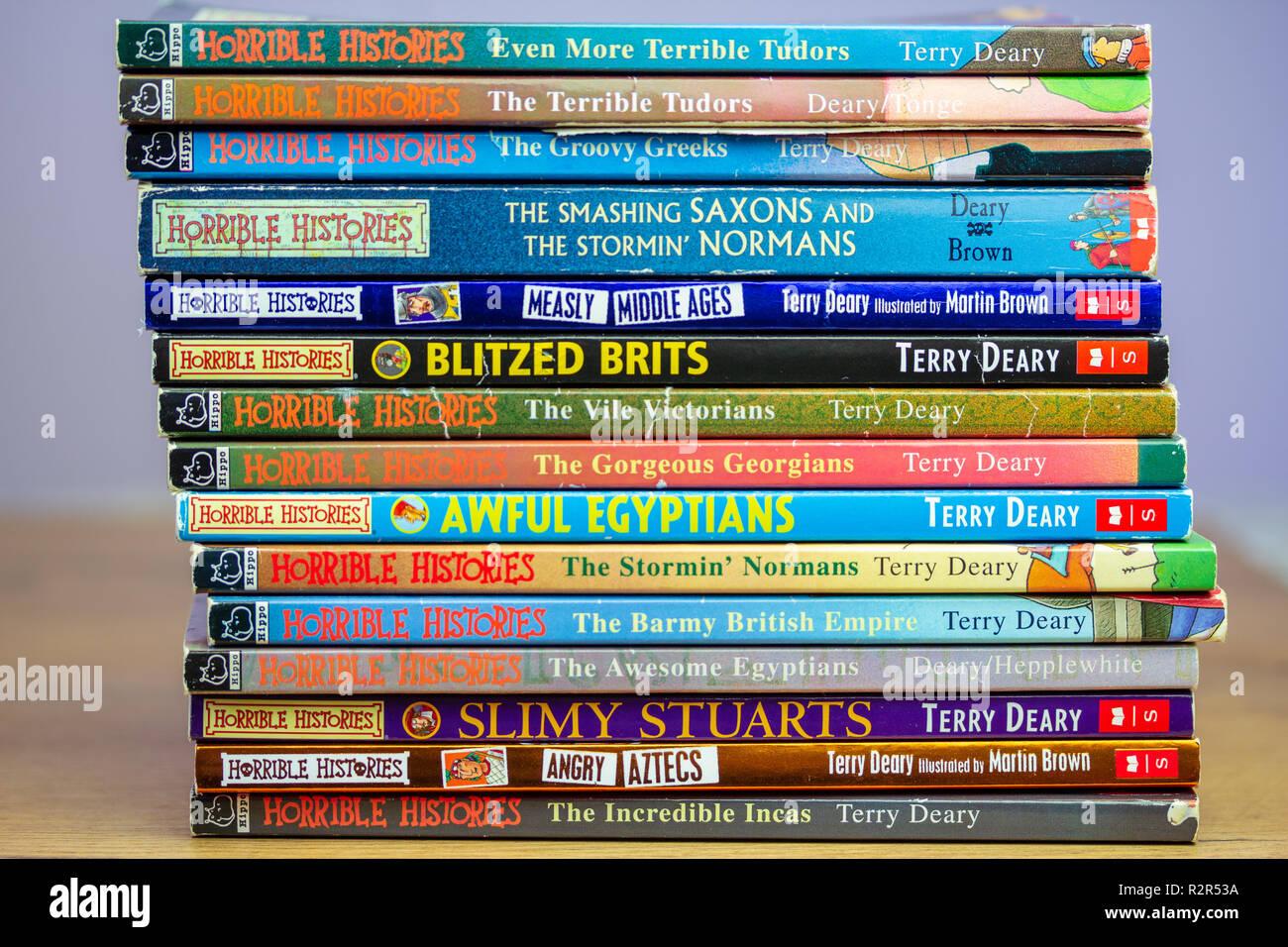 Ein Stapel von Buch und Lesen Horrible's Geschichten Kinder von Terry Deary von Martin Braun dargestellt Stockbild