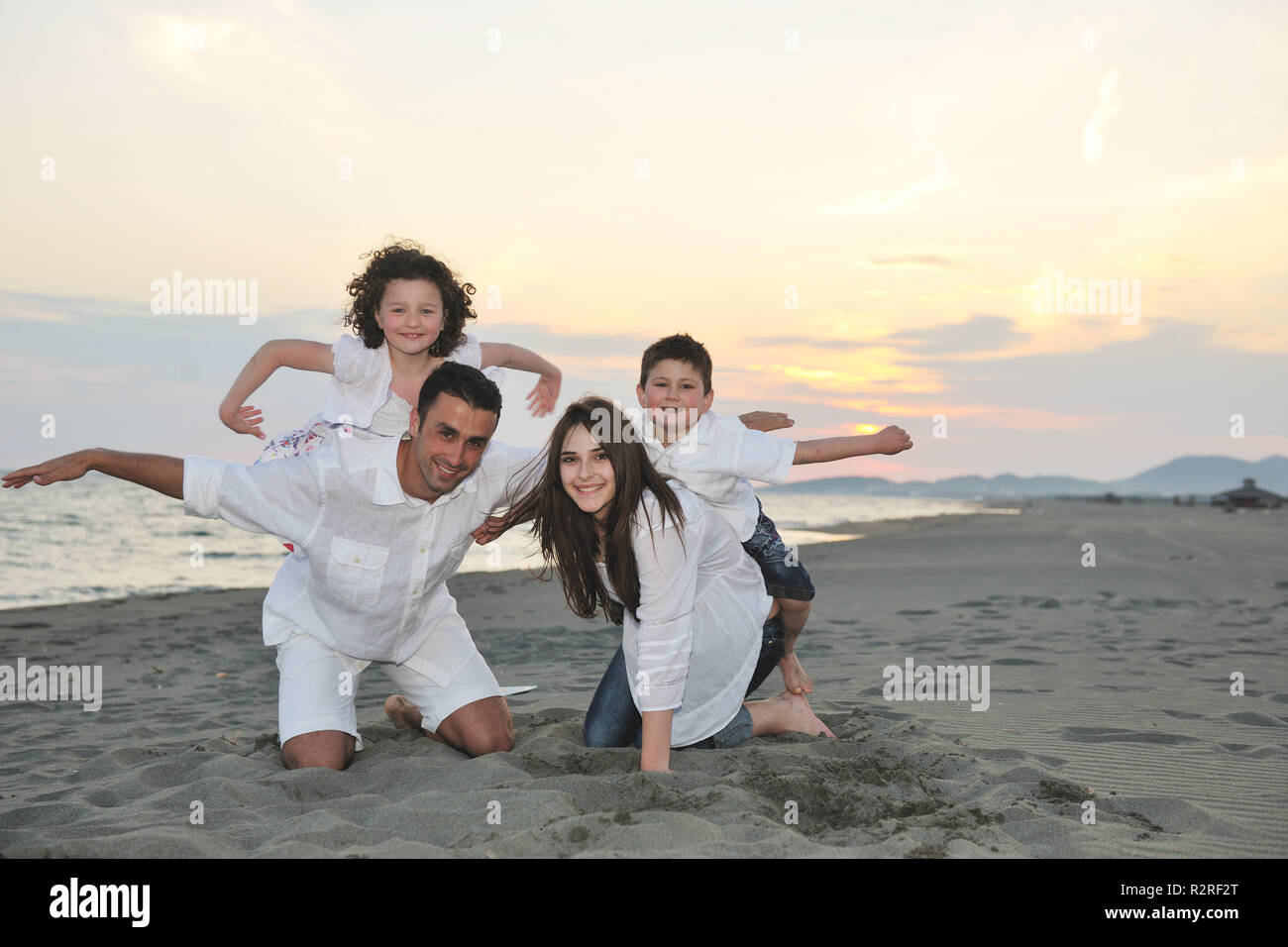 glückliche junge Familie viel Spaß und live gesunden Lebensstil am Strand Stockbild