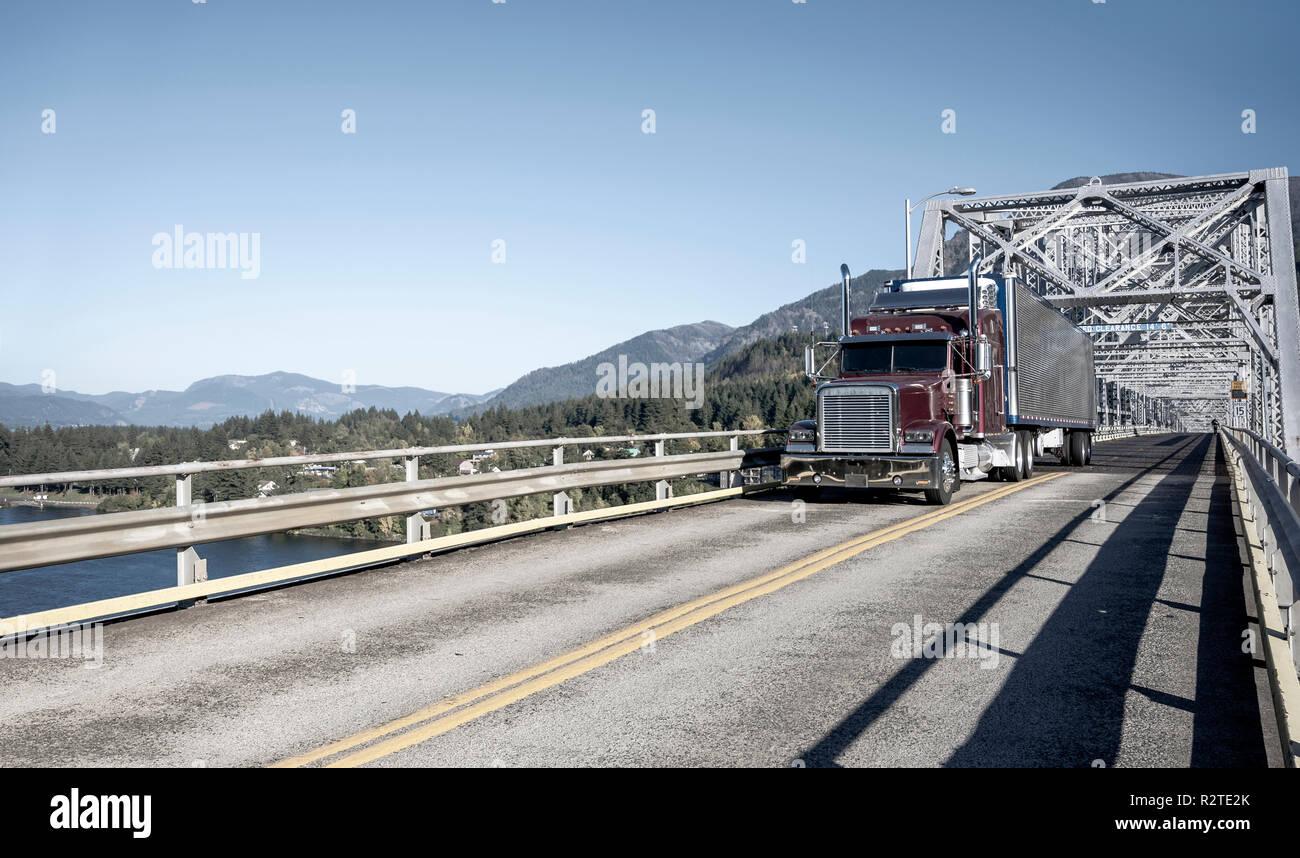 Amerikanischer Kühlschrank Flach : Klassische amerikanische motorhaube big rig burgund semi truck mit