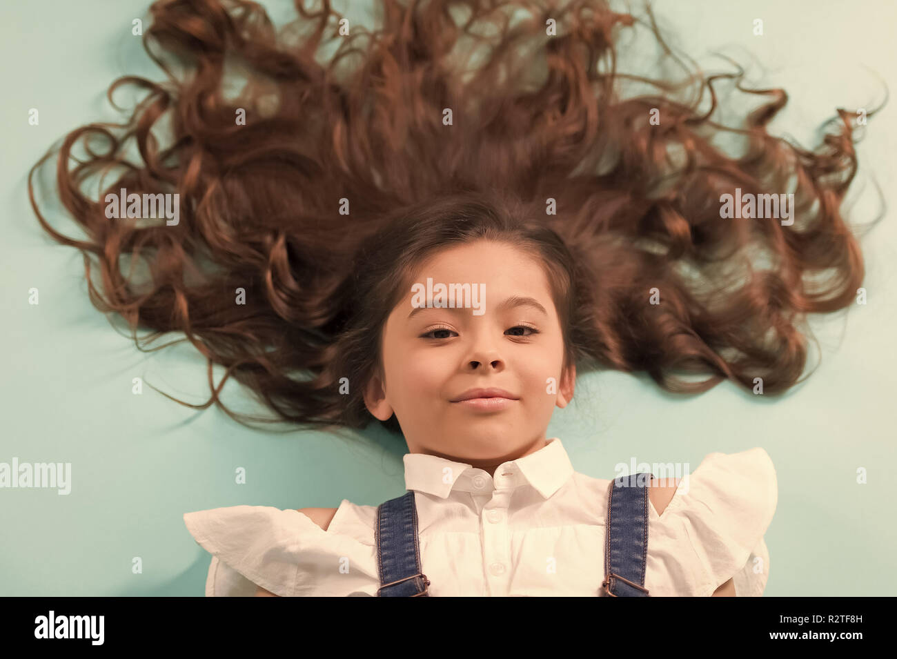 Madchen Mit Langen Gesunden Brunette Haare Auf Blauem Hintergrund