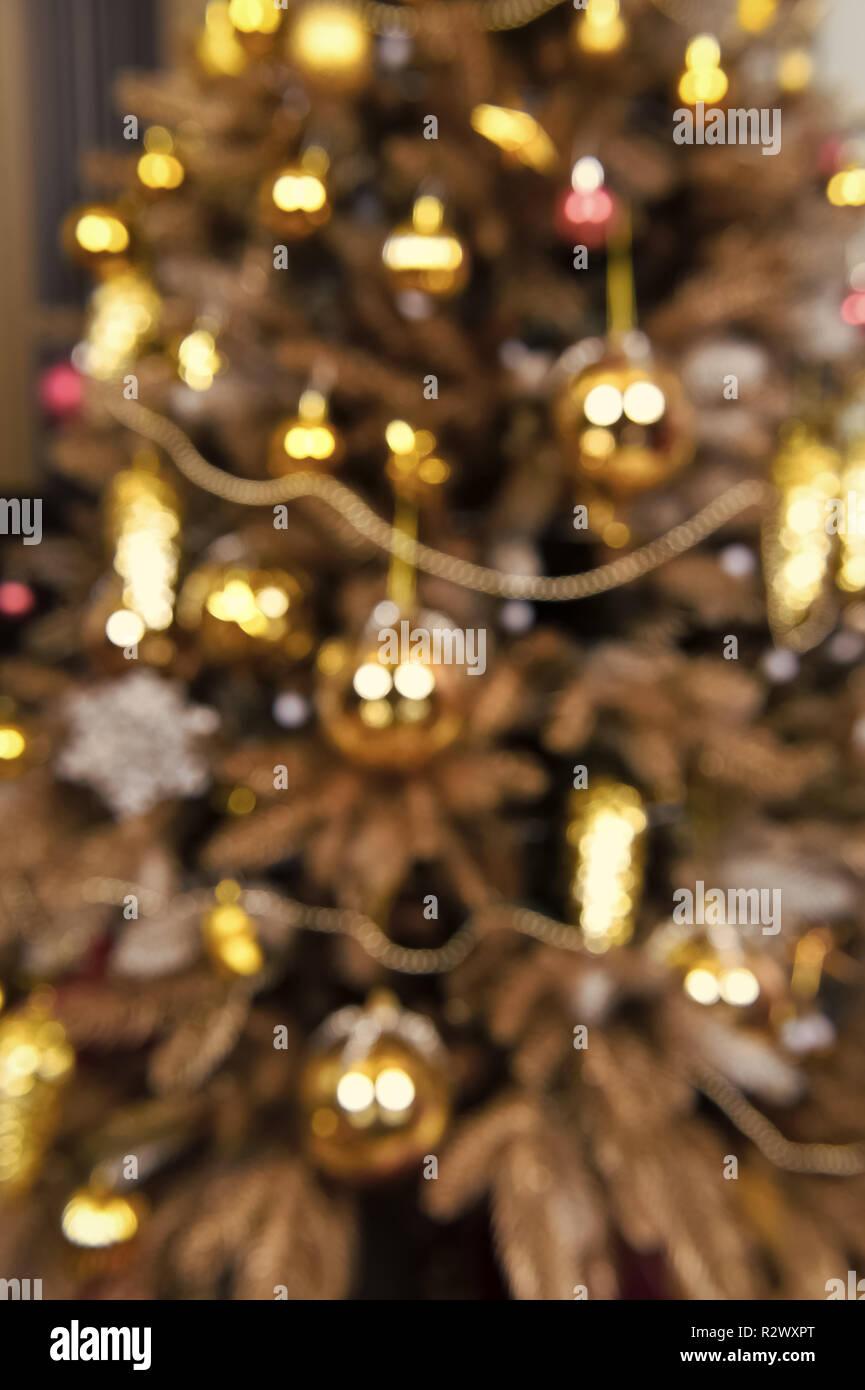 Der Weihnachtsbaum.Blur Funkeln Der Weihnachtsbaum Mit Goldenen Kugeln Kegel Girlande