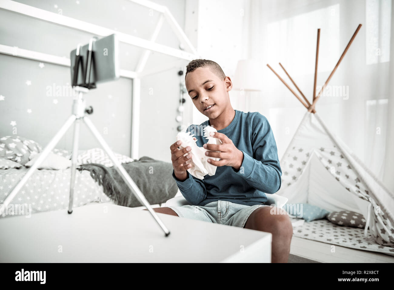 Positiv netter Junge Holding ein Dinosaurier Schädel Modell Stockbild