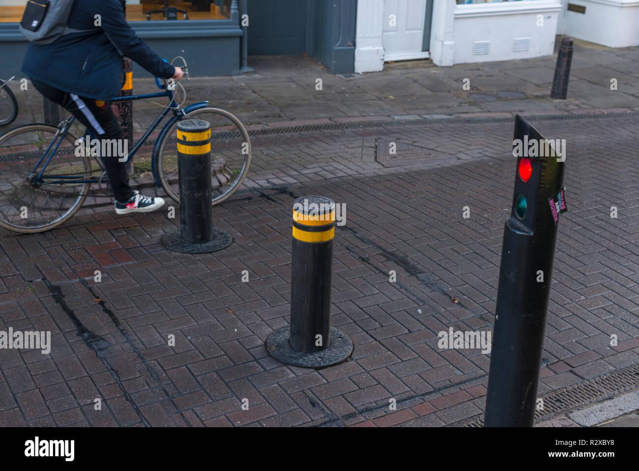 Automatische steigende Poller Verkehr in das Stadtzentrum von Cambridge, Cambridgeshire, England, Großbritannien Stockfoto