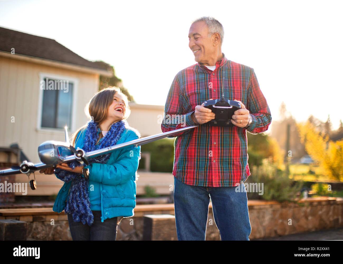 Lachelnde Madchen Und Ihr Grossvater Spass Spielen Mit Einem