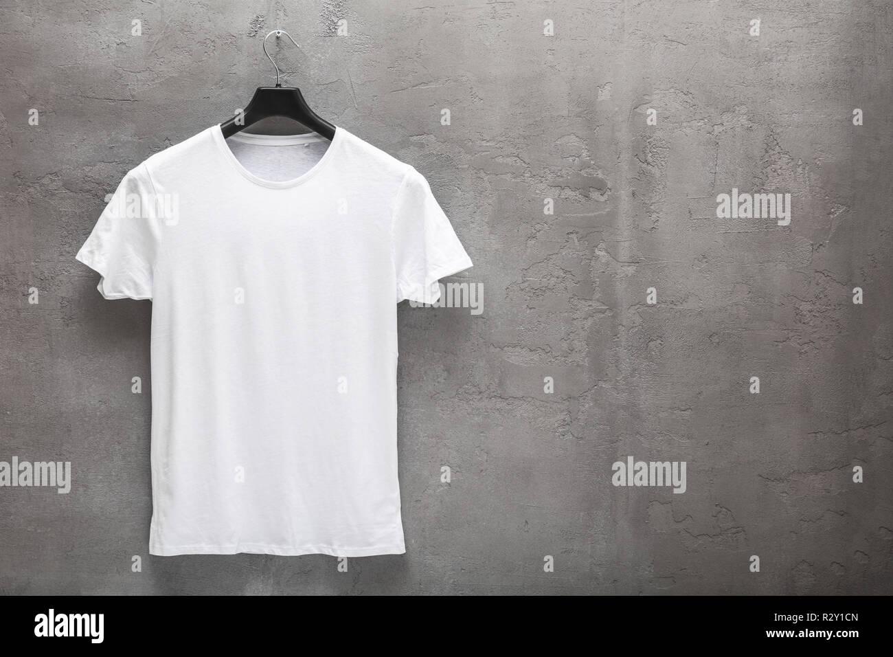wholesale dealer 1991e 48706 Vorderseite der männlichen weißen Baumwoll-T-Shirt auf einem ...