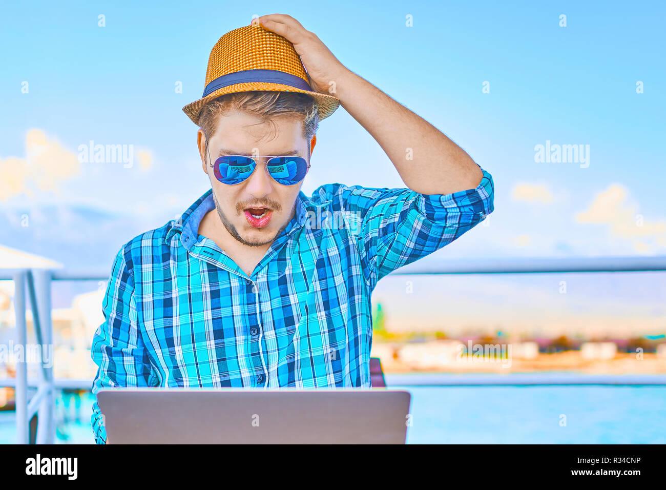 Konzept arbeiten im Urlaub auf dem Meer. Eine Person ist sehr emotional Arbeiten im Urlaub. Stockbild