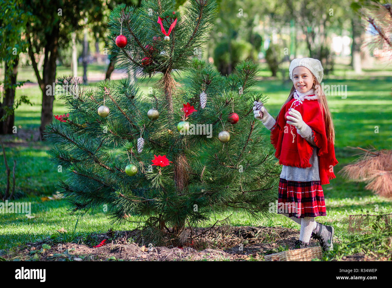 Tannenbaum Draußen Schmücken.Süße Mädchen Schmücken Den Weihnachtsbaum Draußen Im Hof Vor Dem