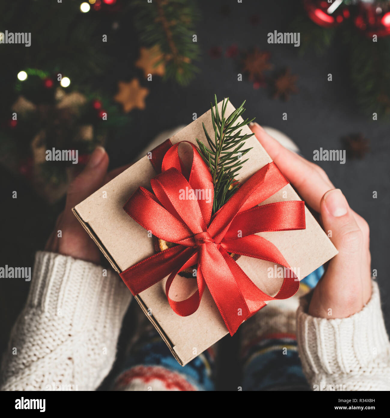 Weihnachten Geschenk Box mit roter Spitze in den Händen. Handwerk ...