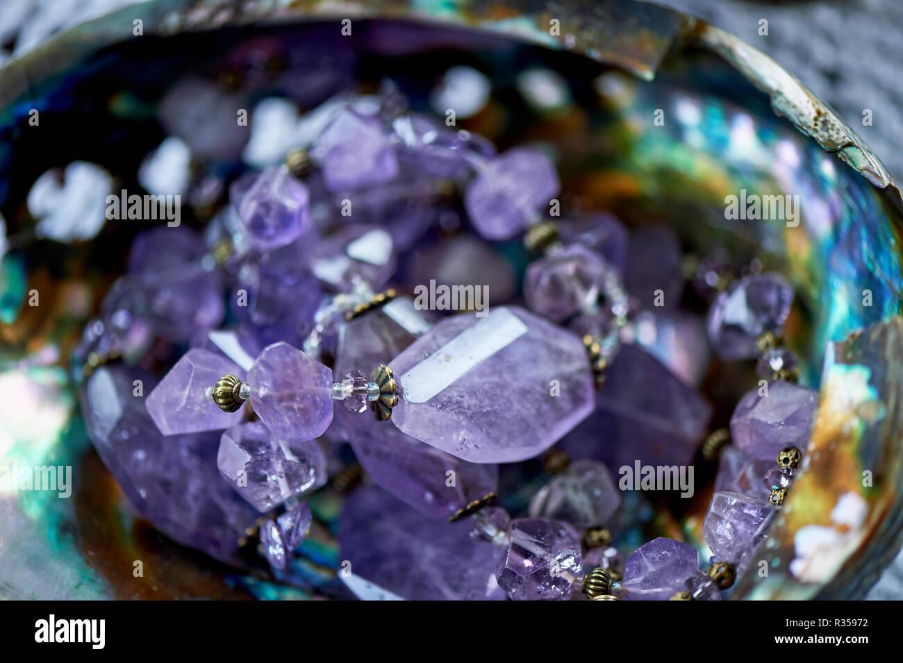 Lila Perlen aus Naturstein. Makro. Stockbild