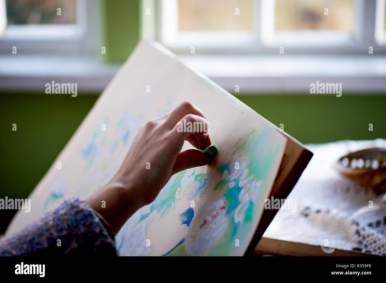 Der Künstler malt mit trockener pastell. den kreativen Prozess des Malens. Stockbild