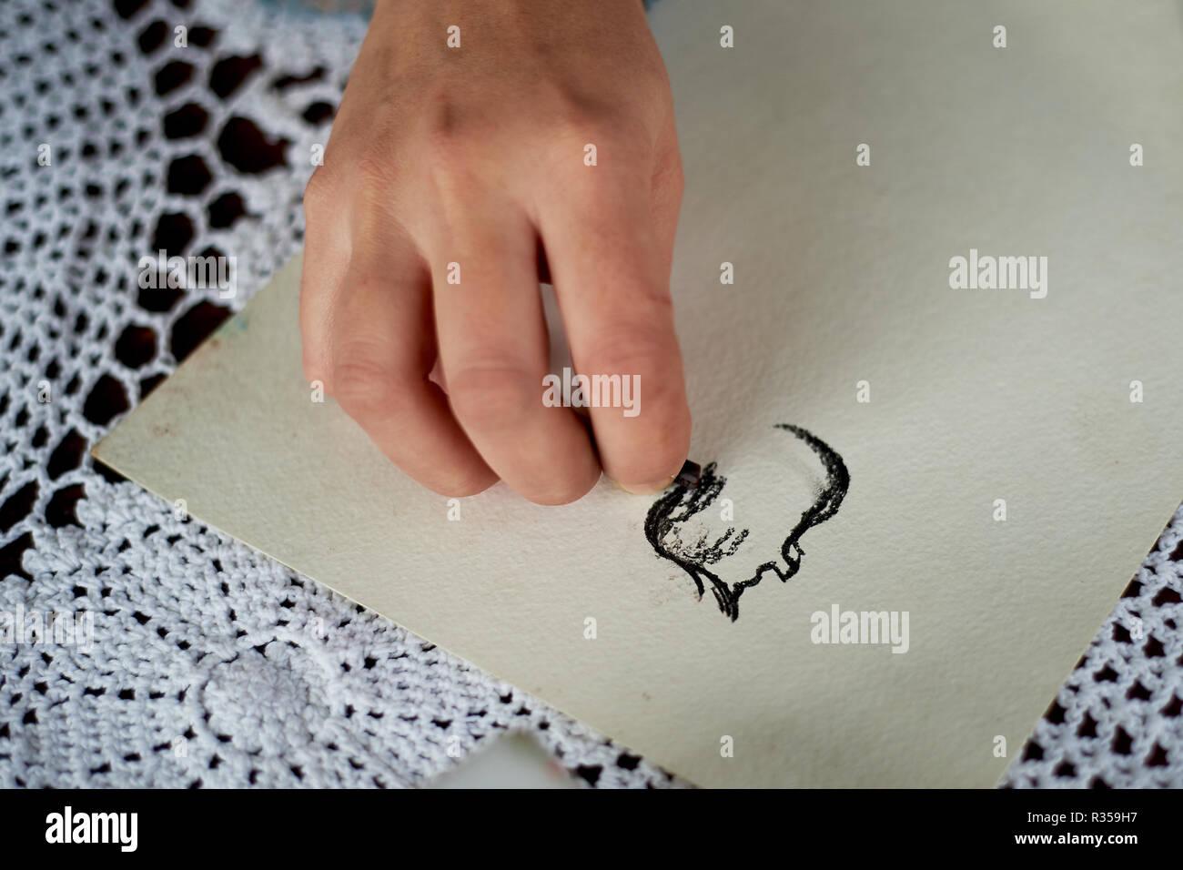 Zieht der Künstler haben. Der kreative Prozess der Malerei. Stockbild