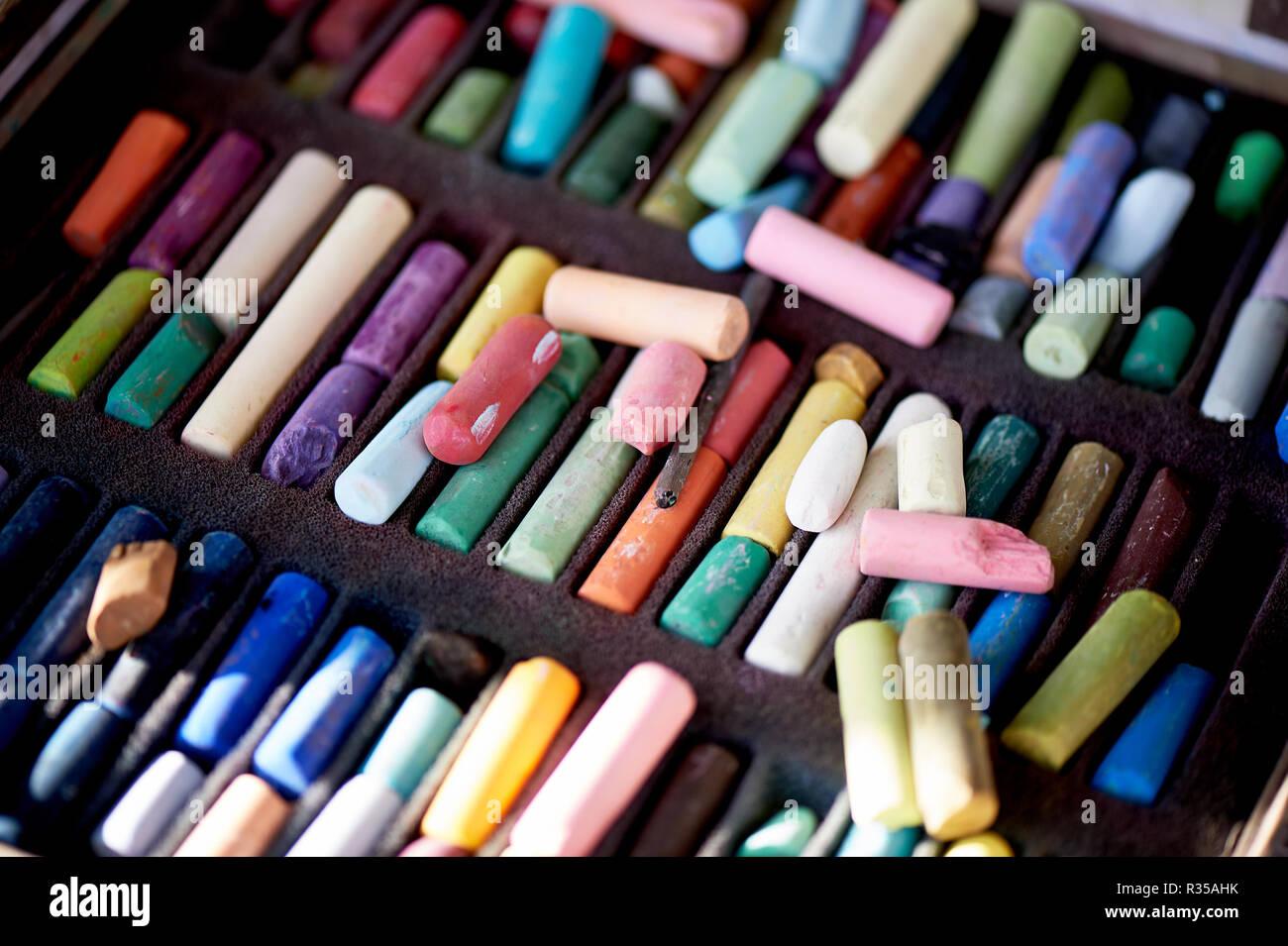 Artist's Studio.Box von Pastellen. Viele verschiedene Zeichenstifte, in die Arbeiten unterteilt. Stockbild