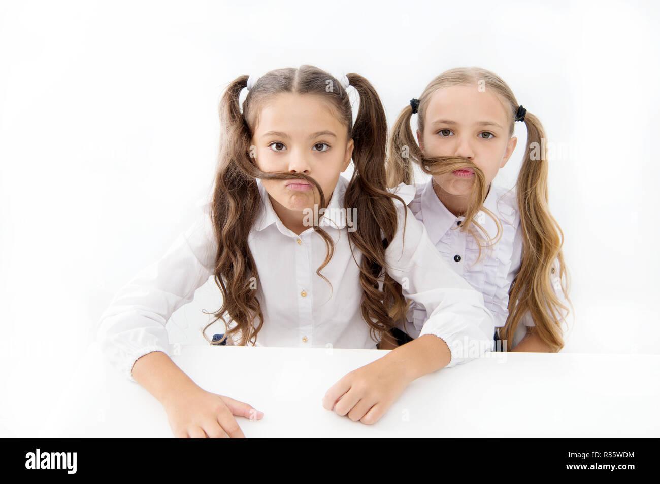 Mädchen Machen Schnurrbart Mit Langen Haaren Weißen Hintergrund