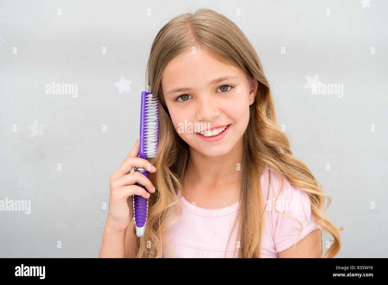Mädchen Lange Lockige Haare Grau Innen Hintergrund Kind