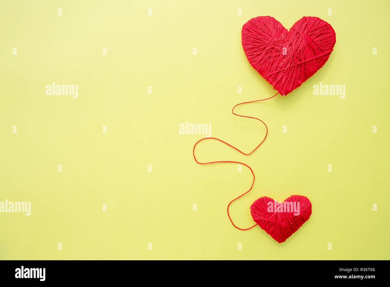 Rotes Herz Form Symbol Aus Wolle Auf Gelben Hintergrund Isoliert