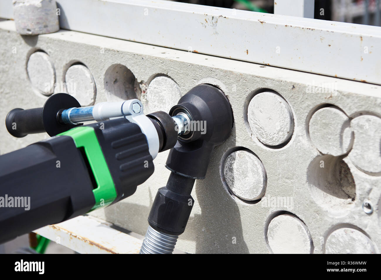 bohrer locher für beton mit einer düse für staubabsaugung stockfoto