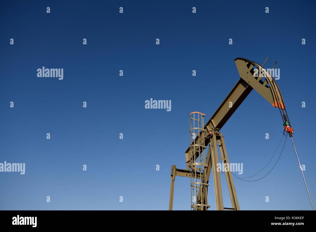 Blauer Himmel, Pumpe, Wagenheber, Rohöl, Niobrara Schiefer, Wyoming, kopieren Raum Stockfoto